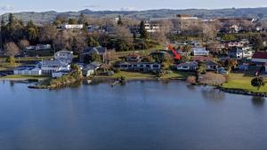 Lakefront Rotorua House in Town, Vily  Rotorua - big - 1