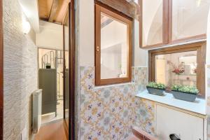 Santo Spirito Frescos apartment, Apartmanok  Firenze - big - 16