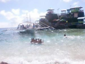 Guanna's Place Room and Resto Bar, Inns  Malapascua Island - big - 90
