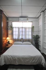 Dvoulůžkový pokoj Standard s manželskou postelí a společnou koupelnou