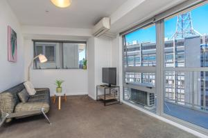 Sunny and spacious 2 beddie in..