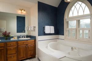 Queen Studio with Spa Bath - Winstead Inn