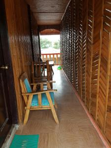 Guanna's Place Room and Resto Bar, Inns  Malapascua Island - big - 14
