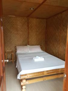 Guanna's Place Room and Resto Bar, Inns  Malapascua Island - big - 12