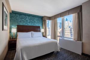 Pokój z łóżkiem typu king-size i widokiem na miasto