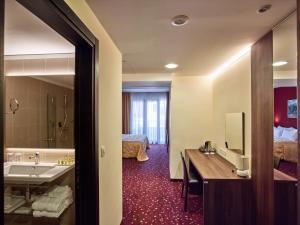 Hotel Pine, Отели  Тиват - big - 18