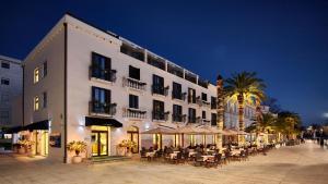 Hotel Pine, Отели  Тиват - big - 1