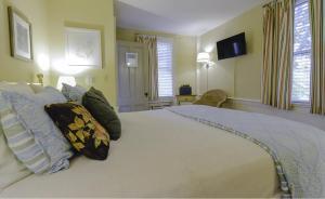 Queen Room with Spa Bath - Daisy