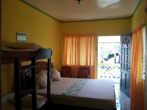 Guanna's Place Room and Resto Bar, Inns  Malapascua Island - big - 7