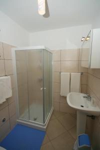 Guesthouse Lovrecica (4245), Apartmány  Lovrečica - big - 3
