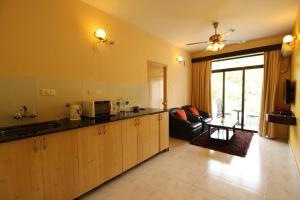 OYO Home 10798 Premium Studio Paroda, Апартаменты  Sirvoi - big - 11