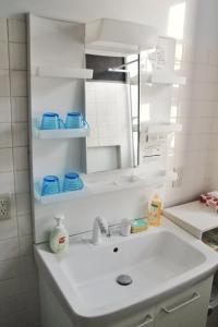 Naniwa Guest House, Apartmanok  Oszaka - big - 15