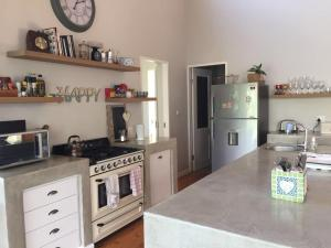 Spacious family home in Dunkirk Estate, Case vacanze  Salt Rock - big - 16