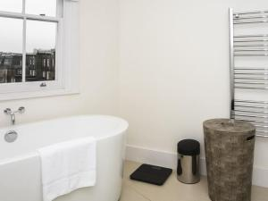 Stunning 3-bed 3-bath in Kensington, Ferienwohnungen  London - big - 2