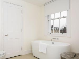 Stunning 3-bed 3-bath in Kensington, Ferienwohnungen  London - big - 17