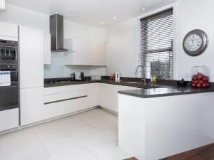 Stunning 3-bed 3-bath in Kensington, Ferienwohnungen  London - big - 19