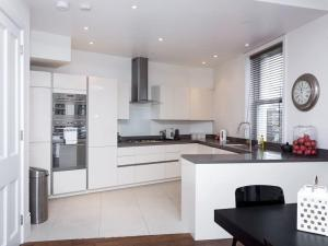 Stunning 3-bed 3-bath in Kensington, Ferienwohnungen  London - big - 21