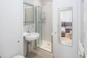 Luxurious Bright 1 bed in Chelsea, Apartmanok  London - big - 6