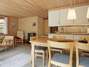 Three-Bedroom Holiday home in Nexø 1, Prázdninové domy  Strandby Gårde - big - 13