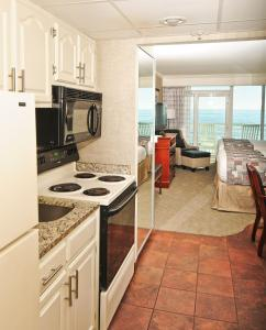 Two Queen Beds with Full Kitchen - Oceanfront Building
