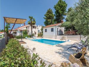 Four-Bedroom Holiday home with Sea View in Porec, Dovolenkové domy  Poreč - big - 13