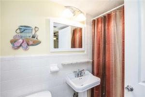 #228 At Surf Song Resort, Apartments  St Pete Beach - big - 13