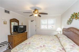 #228 At Surf Song Resort, Apartments  St Pete Beach - big - 12