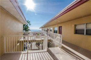 #228 At Surf Song Resort, Apartments  St Pete Beach - big - 2