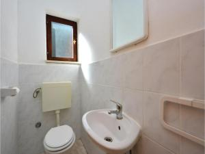 Two-Bedroom Apartment in Jelsa, Apartments  Jelsa - big - 10
