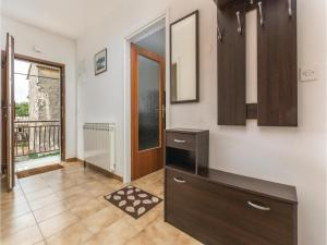 Two-Bedroom Apartment in Visnjan, Apartmanok  Tinjan - big - 2