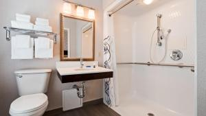Double Room with Two Double Beds - Roll-In Shower
