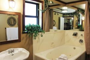 Queen Suite with Spa Bath - Canterbury