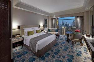 Club Zimmer mit Kingsize-Bett und Stadtblick