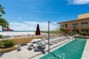 #225 At Surf Song Resort, Apartmanok  St Pete Beach - big - 16