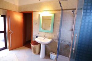 Villa Berberi, Апартаменты  Тирана - big - 35