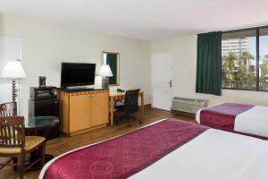 King Room with Queen Bed - Non-Smoking