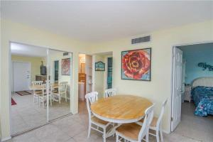 #121 At Surf Song Resort, Apartmanok  St Pete Beach - big - 12