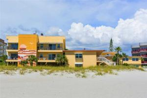 #121 At Surf Song Resort, Apartmanok  St Pete Beach - big - 17