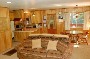 23 Arnett's Cabin, Holiday homes  Wawona - big - 13