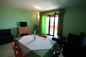 Guesthouse Lovrecica (4245), Apartmány  Lovrečica - big - 28