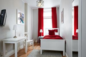 Single Room with shared bathroom in corridor
