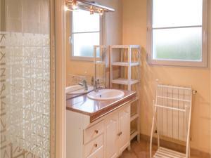 Three-Bedroom Holiday Home in La Tranche sur Mer, Ferienhäuser  La Tranche-sur-Mer - big - 2