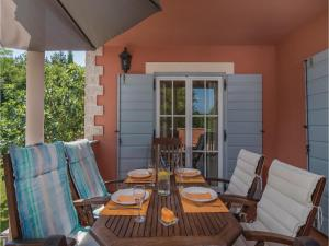 Three-Bedroom Holiday Home in Tinjan, Case vacanze  Tinjan - big - 35