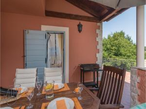 Three-Bedroom Holiday Home in Tinjan, Prázdninové domy  Tinjan - big - 32