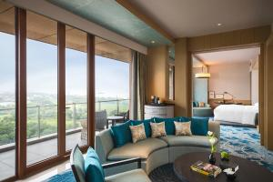 King Suite Lounge Access with Lake View