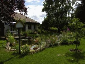 Aux Jardins d'Alice, Bed and breakfasts  Asnans - big - 24