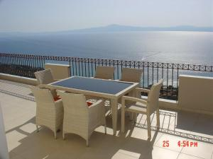 Amazing 2-bed apartment in spectacular villa with stunning sea views, Ferienhäuser  Káto Sélitsa - big - 1