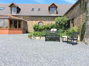 La Poire Grange, Bed and Breakfasts  Villedieu-les-Poëles - big - 24