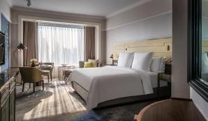 Pokoj s manželskou posteelí King a výhledem na městský bulvár