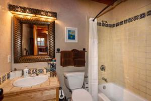 2 Bedroom - 10 Min. Walk to Plaza - Kiva, Holiday homes  Santa Fe - big - 6